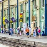 De mensen wachten op de trein bij stock foto