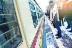 De mensen wachten op de trein, stormloop aan het routinewerk Royalty-vrije Stock Foto