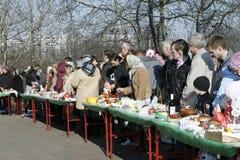 De mensen wachten op de wijding van cakes Stock Afbeelding