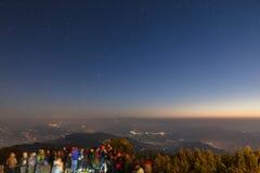 De mensen wachten op het eerste licht van nieuwe jaar` s dag met sterren in de hemel en Kangchenjunga-berg in de dageraad Royalty-vrije Stock Foto