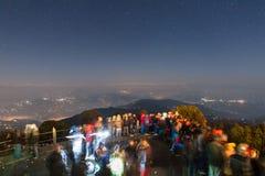 De mensen wachten op het eerste licht van nieuwe jaar` s dag met sterren in de hemel en Kangchenjunga-berg in de dageraad Royalty-vrije Stock Afbeelding