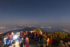 De mensen wachten op het eerste licht van nieuwe jaar` s dag met sterren in de hemel en Kangchenjunga-berg in de dageraad Stock Afbeelding