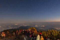De mensen wachten op het eerste licht van nieuwe jaar` s dag met sterren in de hemel en Kangchenjunga-berg in de dageraad Royalty-vrije Stock Afbeeldingen