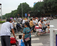 De mensen wachten verkeerslicht in gui Lin Royalty-vrije Stock Foto