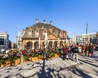 De mensen wandelen langs over vierkante Hauptwache van Frankfurt Royalty-vrije Stock Foto