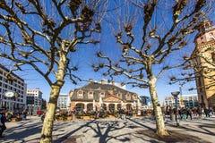 De mensen wandelen langs over vierkante Hauptwache van Frankfurt Royalty-vrije Stock Fotografie