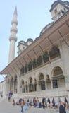 De mensen wassen hun voeten alvorens de Nieuwe Moskee in te gaan Istanboel Stock Foto's
