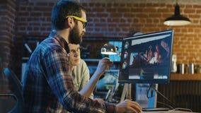De mensen werken aan video uitgeven stock videobeelden