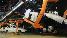 De mensen werken bij assemblage van auto's Lada aan transportband van fabriek AutoVAZ stock videobeelden
