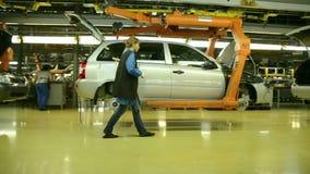 De mensen werken bij assemblage van auto's LADA Kalina aan transportband stock video