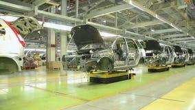 De mensen werken bij assemblage van auto's Lada Kalina aan transportband van fabriek AutoVAZ, op 30 September, 2011 in Togliatti stock videobeelden