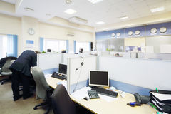 De mensen werken in bureau met gescheiden door verdelingsplaatsen royalty-vrije stock fotografie