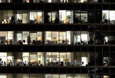 De mensen werken in een bureaugebouwen in de stadsdistrict van Moskou Royalty-vrije Stock Afbeelding