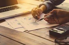 De mensen werken met een calculator en laptop in bureaubusin Royalty-vrije Stock Afbeelding