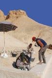 De mensen werken voor uitgraving van graven Stock Afbeeldingen
