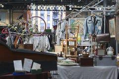 De mensen winkelen bij Oude Spitalfields-Markt in Londen Een markt bestaat Royalty-vrije Stock Afbeelding