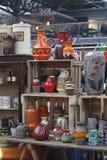 De mensen winkelen bij Oude Spitalfields-Markt in Londen Een markt bestond hier minstens 350 jaar Stock Afbeeldingen
