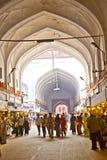 De mensen winkelen binnen Meena Bazaar in het Rode Fort Royalty-vrije Stock Foto's