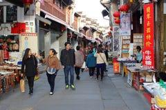 De mensen winkelen in de oude Oude Straat, Tunxi, China Stock Foto