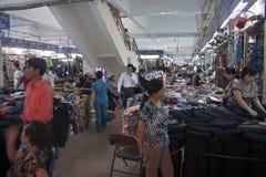 De mensen winkelen in Dong Xuan Market Royalty-vrije Stock Foto