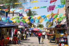 De mensen winkelen onder het Hangen van Vlaggen in Tijuana, Mexico royalty-vrije stock foto