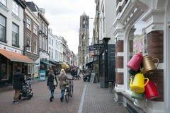 De mensen winkelen in zadelstraat van stad Utrecht in Nederland Royalty-vrije Stock Foto