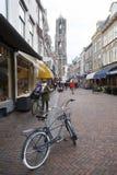 De mensen winkelen in zadelstraat van stad Utrecht in Nederland Stock Fotografie