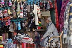 De mensen wisselen herinneringen in de Oude Stad van Vilnius uit stock foto