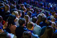 De mensen wonen handelsconferentie in congreszaal bij royalty-vrije stock foto's