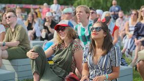 De mensen wonen openluchtoverleg op de Jazz van Internationale Jazz Festival 'Usadba in Kolomenskoe-Park bij stock videobeelden