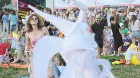 De mensen wonen openluchtoverleg op de Jazz van Internationale Jazz Festival 'Usadba in Kolomenskoe-Park bij stock video