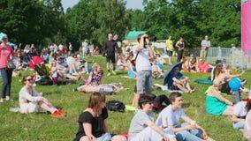 De mensen wonen openluchtoverleg op de Jazz van Internationale Jazz Festival 'Usadba in Kolomenskoe-Park bij stock footage