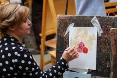 De mensen wonen vrije workshop tijdens de open dag in waterverfschool bij Royalty-vrije Stock Foto
