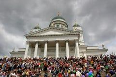 De mensen worden verzameld op de stappen van de Kathedraal van Helsinki op de Trotsparade wachten te beginnen stock foto