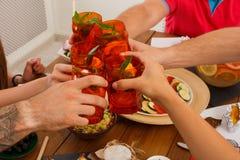 De mensen zeggen de cocktailglazen van het toejuichingengerinkel bij feestelijke dinerpartij Royalty-vrije Stock Fotografie