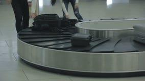 De mensen zetten hun bagage bij het karretje stock video