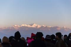 De mensen zien het eerste licht van nieuwe jaar` s dag bij dageraad met bergdorpen en Kangchenjunga-berg in de winter Stock Afbeelding