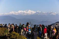De mensen zien het eerste licht van nieuwe jaar` s dag bij dageraad met bergdorpen en Kangchenjunga-berg in de winter Stock Foto