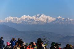 De mensen zien het eerste licht van nieuwe jaar` s dag bij dageraad met bergdorpen en Kangchenjunga-berg in de winter Stock Afbeeldingen