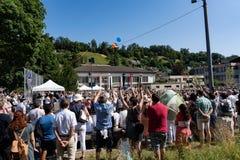 De mensen zijn opgewekt makend de golf in Morgenfeier van Jugendfest Brugg Impressionen royalty-vrije stock afbeeldingen