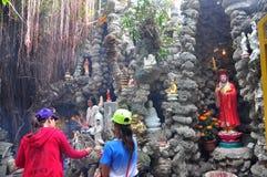 de mensen zijn opofferen in een tempel op de eerste dag van het maan nieuwe jaar in Vietnam Royalty-vrije Stock Fotografie