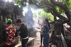 de mensen zijn opofferen in een tempel op de eerste dag van het maan nieuwe jaar in Vietnam Stock Afbeelding