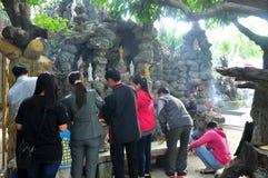 de mensen zijn opofferen in een tempel op de eerste dag van het maan nieuwe jaar in Vietnam Royalty-vrije Stock Foto