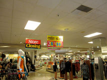 De mensen zijn rond verkoop de Van de binnenstad van Honolulu benieuwd Macy Store Closing Stock Afbeeldingen