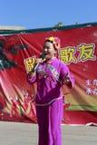 De mensen zingen en dansen om het Chinese nieuwe jaar te vieren Royalty-vrije Stock Afbeelding