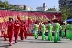 De mensen zingen en dansen om het Chinese nieuwe jaar te vieren Royalty-vrije Stock Foto
