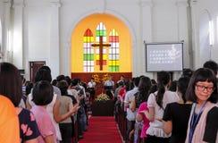 De mensen zingen hymnes in kerk Royalty-vrije Stock Foto