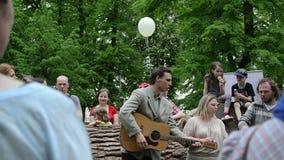 De mensen zingen voor jonge geitjes stock videobeelden