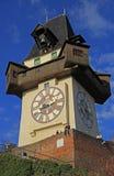 De mensen zitten bijna stadsklokketoren in Graz stock afbeelding