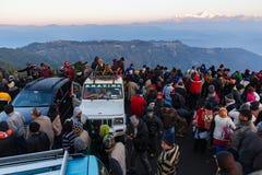 De mensen zitten op de auto met menigte voor het zien van het eerste licht van nieuwe jaar` s dag bij dageraad met bergdorpen Royalty-vrije Stock Foto's